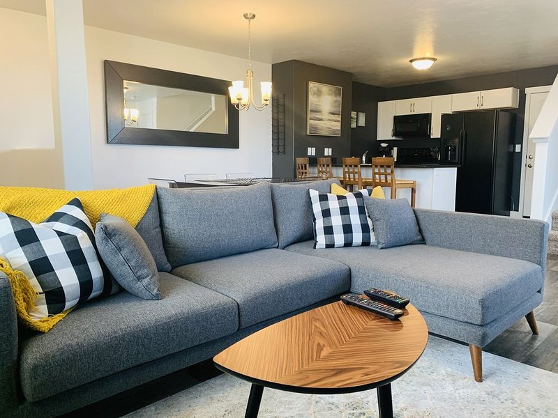 3 bedroom 2 bath end unit Townhome in Herriman Utah!, alquiler vacacional en Erda