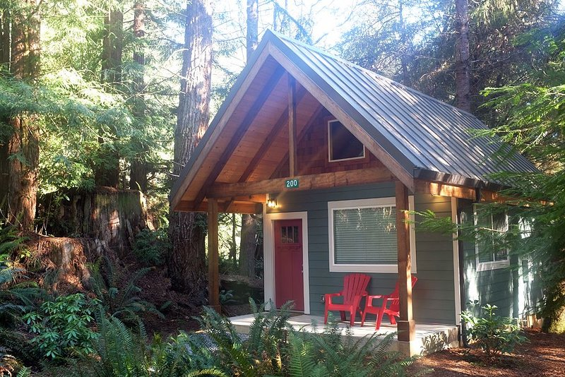 Newly built deluxe cabins, in a private redwood setting near the Smith River, alquiler de vacaciones en Fort Dick
