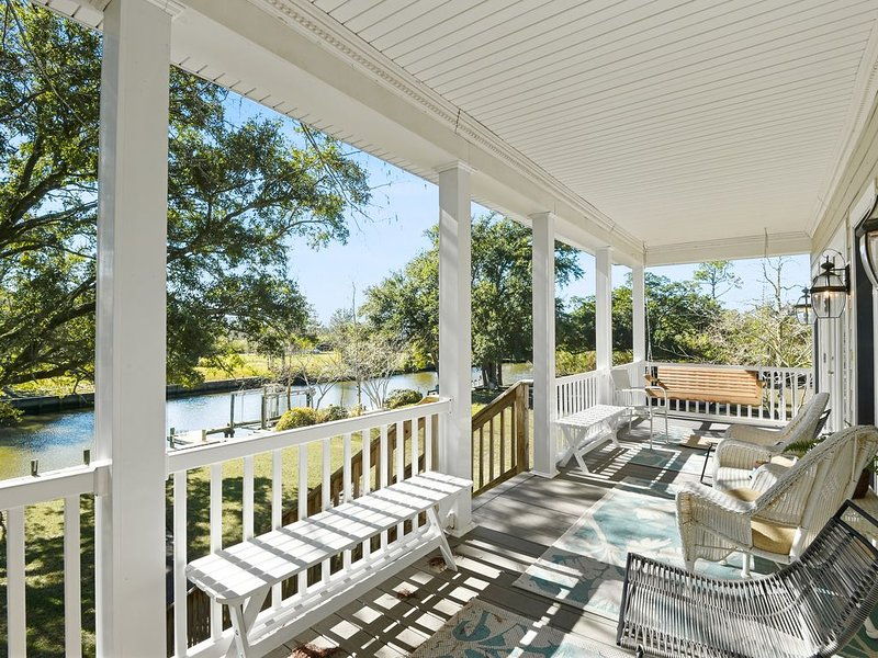 Cozy Raised Cottage Overlooking Beautiful Bayou Mallini, holiday rental in Pass Christian