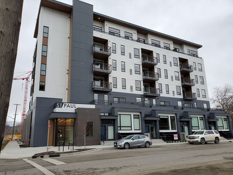 One Bedroom condo in the Heart of the Cultural District D/T Kelowna, holiday rental in Homfray Creek