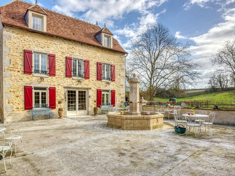 Former cosy mill in Charenton-du-Cher, bathing below, holiday rental in Couleuvre