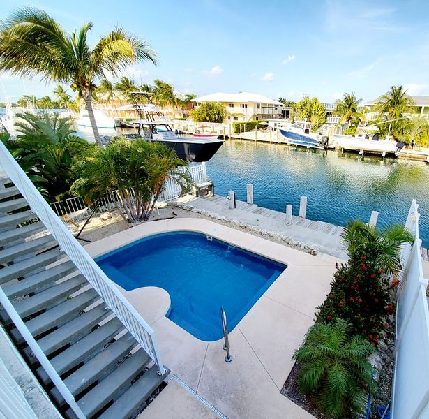 One-of-a-kind 2/2 with large loft, easy access to Ocean,pool & 37.5ft of dockage, aluguéis de temporada em Key Colony Beach