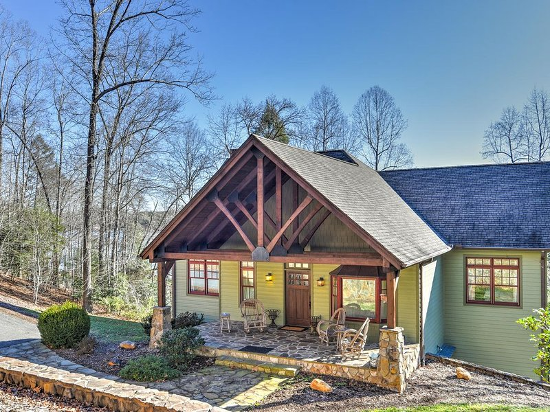 Lake Front Home Nestled in Mountains w/Private Dock, Indoor and Outdoor Fireplac, holiday rental in Nebo