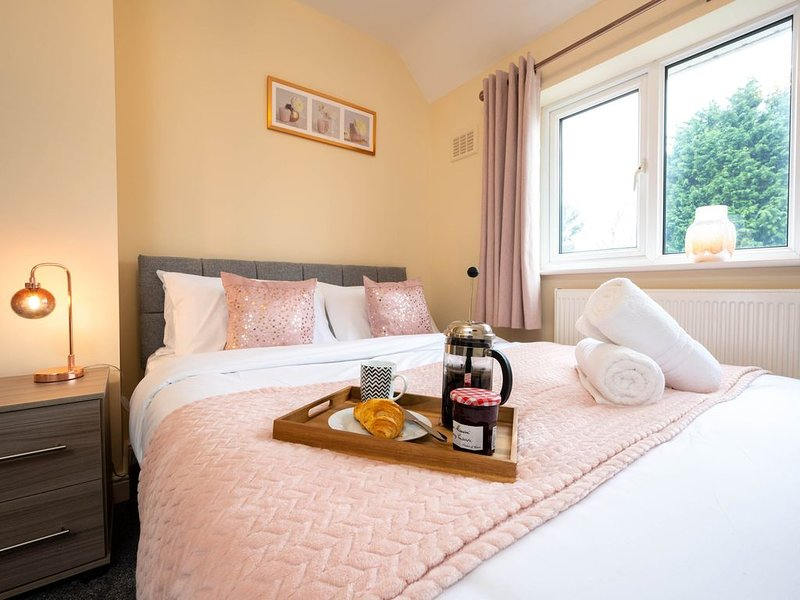 Sweetbriar -Stylish 4-Bed House near Airport, NEC, Resorts World Arena, Solihull, holiday rental in Shirley