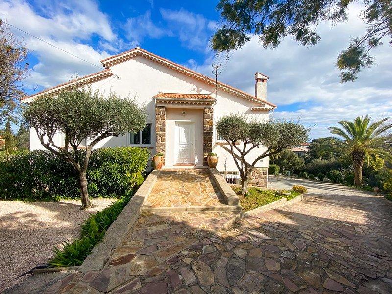 Villa Les Oliviers Saint-Aygulf vue baie de St Raphaël, vacation rental in Fréjus