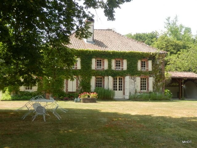Maison de maître, 240 m2 environ, 6 ch, 14 pers., Piscine privée, sur 2 hectares, holiday rental in Callen