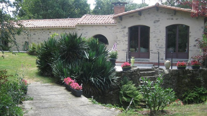 Longère Vendéenne, Gîte dans ancien moulin à eau., holiday rental in La Caillere-Saint-Hilaire