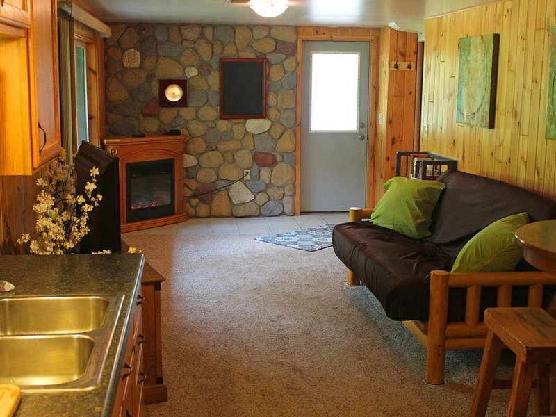 Beautiful, private vacation space. Cabin feel right outside the city!, holiday rental in Superior