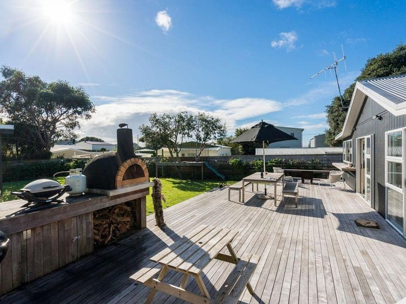 Gone Surfin - Lovingly renovated and extended Kiwi bach with fully fenced sectio, vacation rental in Mangawhai Heads