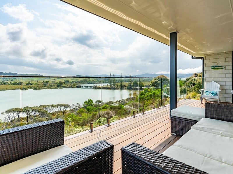 Kneedeep - Beautifully appointed, modern, sunny home with stunning estuary views, holiday rental in Kaiwaka