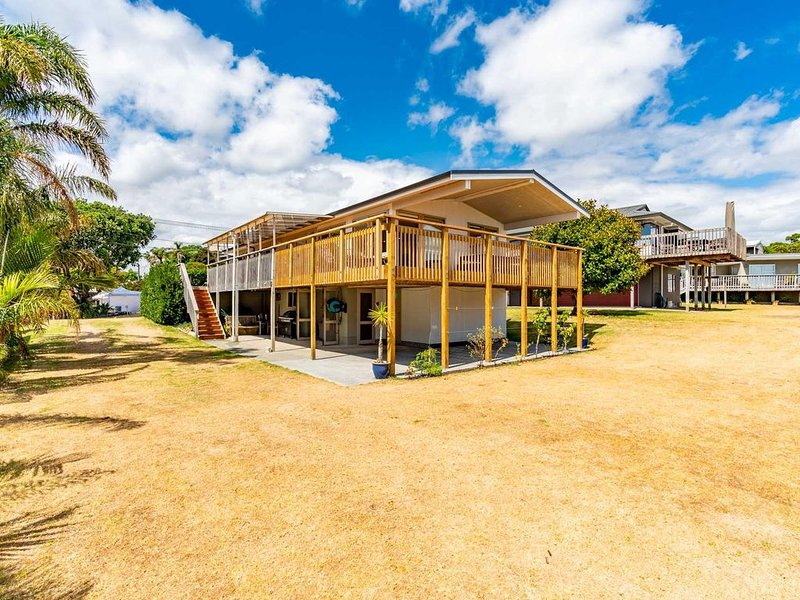 Karibu - Large sunny home plus sleepout with views in great central location, holiday rental in Kaiwaka