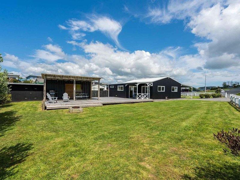 Black Pearl Barn - Spacious, contemporary and well-styled cottage with container, holiday rental in Kaiwaka