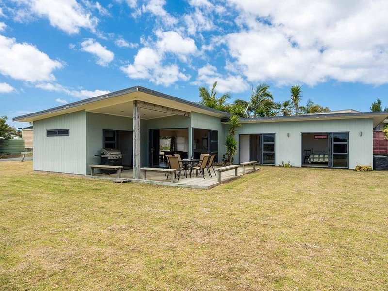 Norfolk - Sunny, pet-friendly 2 bedroom home with large section in quiet Right o, holiday rental in Kaiwaka