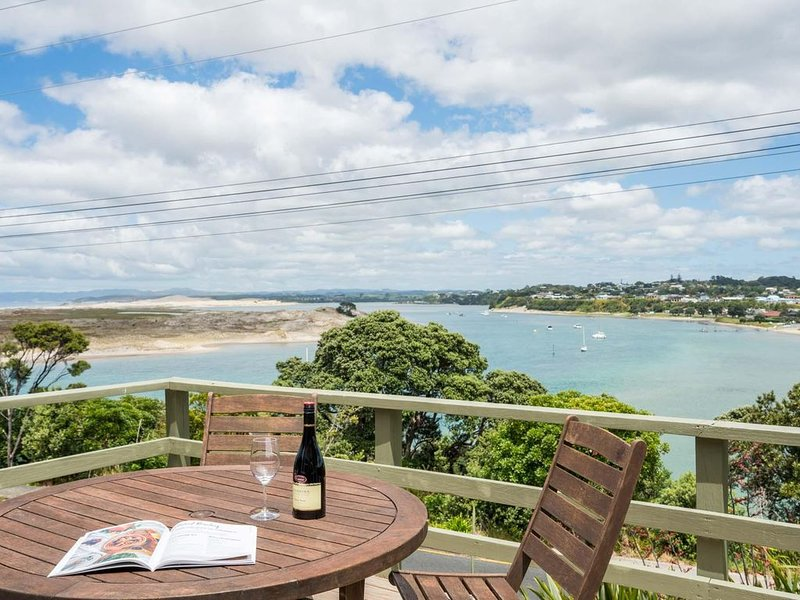 Wintle93 - Sunny, pet-friendly kiwi bach with stunning views, walk to the estuar, vacation rental in Mangawhai Heads