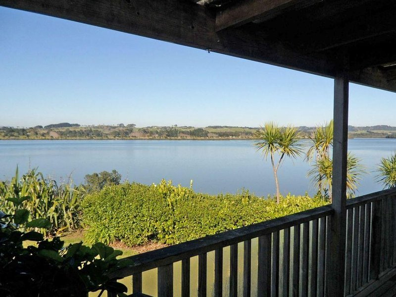 Ella's Estuary Retreat - Kiwi bach with estuary views and close estuary access i, holiday rental in Kaiwaka