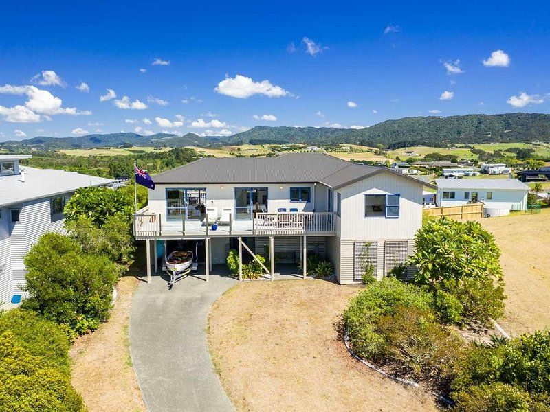 Coastal Classic - Views, all day sun, pet friendly with a fenced backyard, a coa, holiday rental in Kaiwaka