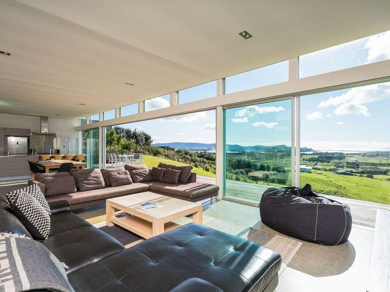 The Glass House - Modern, pet-friendly designer holiday home with spectacular vi, holiday rental in Kaiwaka