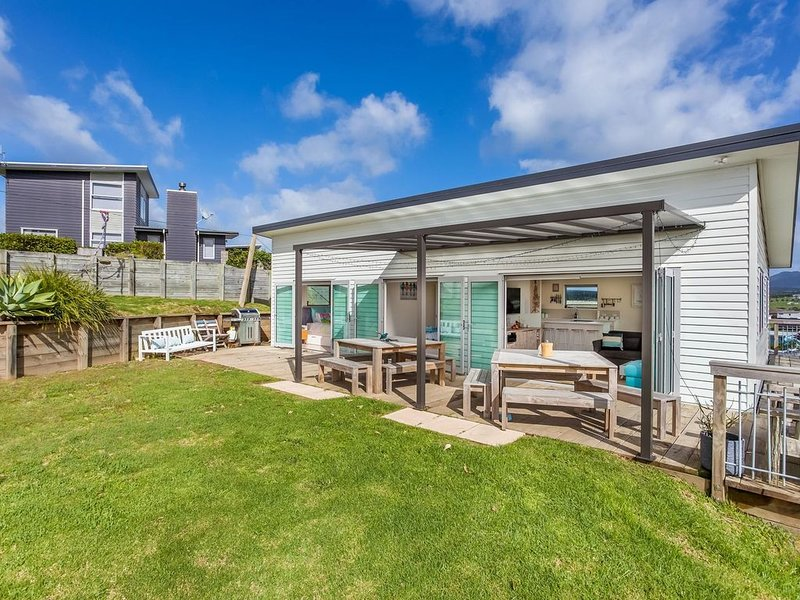 Beach Time - Modern, sunny home close to amenities, a great place to relax and w, holiday rental in Kaiwaka