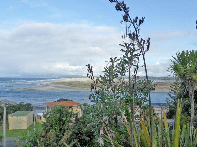 Sandy Feet - Classic, modest kiwi bach with stunning views a few steps to surf b, vacation rental in Mangawhai Heads