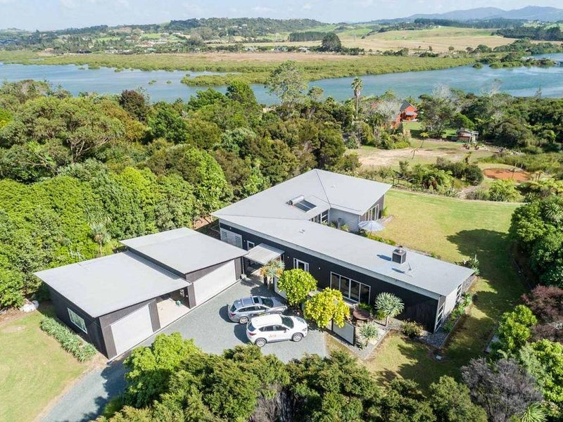 Estuary Landing - Large executive family home with great entertaining areas and, holiday rental in Kaiwaka