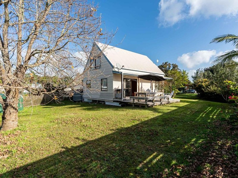 Sunny Daze - Basic but tidy kiwi bach handily located in Mangawhai Head's golden, holiday rental in Kaiwaka