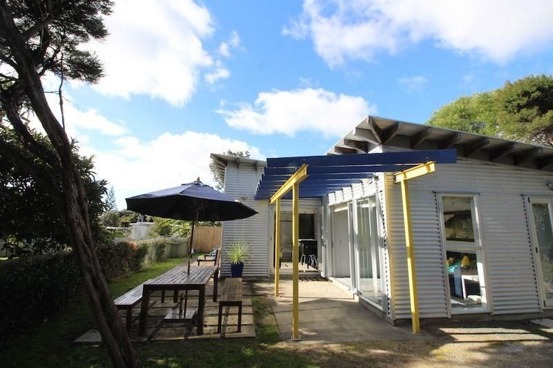 Tin Bliss - Cute and sunny, a short stroll to the estuary and shops and cafes at, holiday rental in Kaiwaka