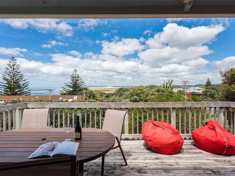 Jandals Bach - Original Kiwi Bach with fantastic views and short walk to estuary, vacation rental in Mangawhai Heads