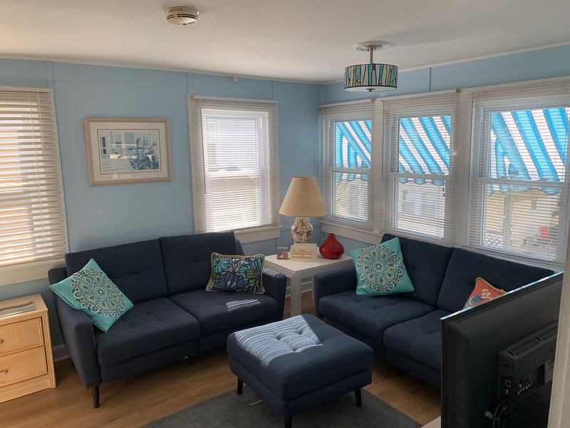 Charming Upper Cottage Downtown Rehoboth 1.5 Blks to Beach Sleeps 4 Pet friendly, alquiler de vacaciones en Rehoboth Beach
