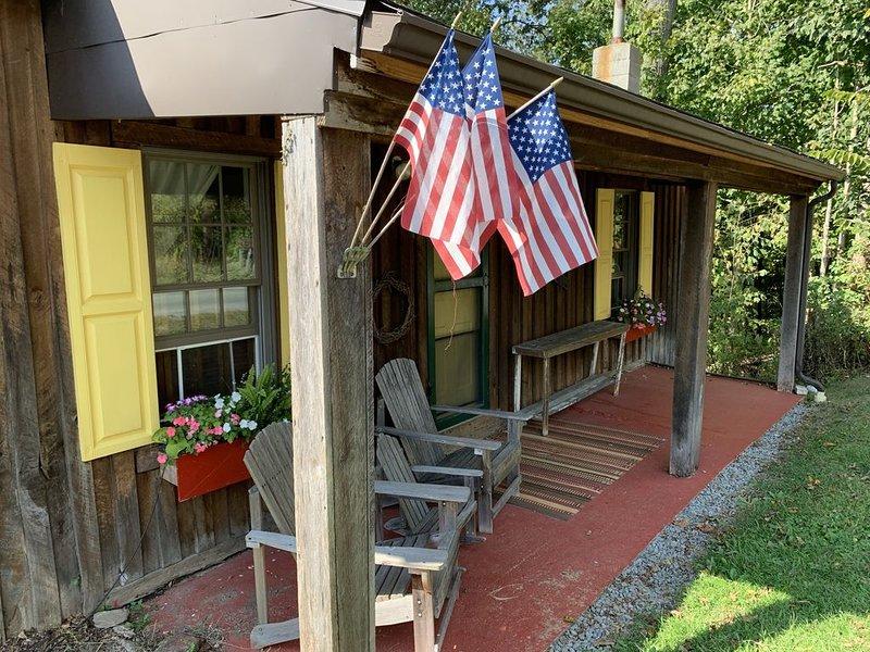 Rustic, Artsy & Cozy Getaway Cabin in Laurel Highlands- minutes from Ligonier, location de vacances à Laughlintown