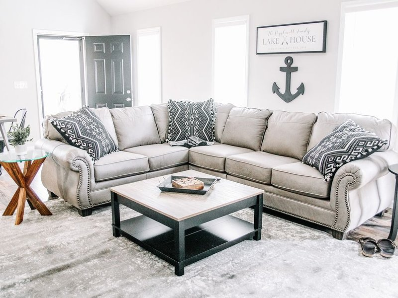 NEW! Lake House Hideaway #2-Only 1 Mile above Jamestown Marina!, vacation rental in Columbia