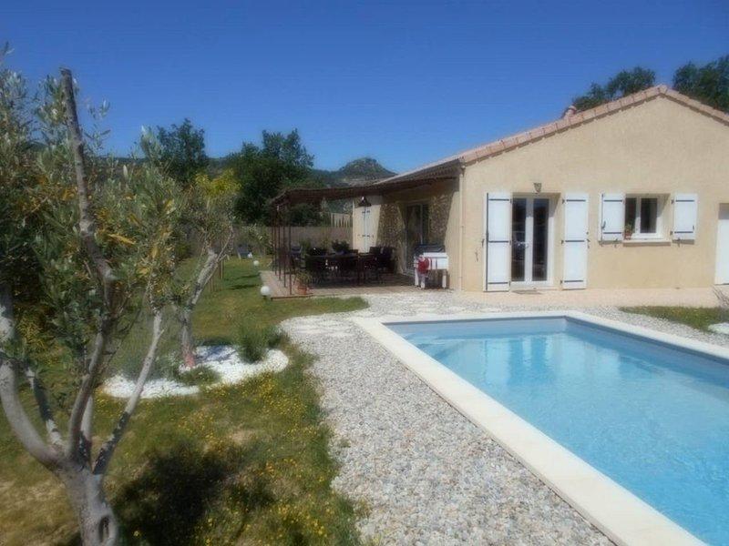 Villa de vacances  avec piscine à Vallon Pont d'Arc, proche rivière Ardèche, holiday rental in Vallon-Pont-d'Arc