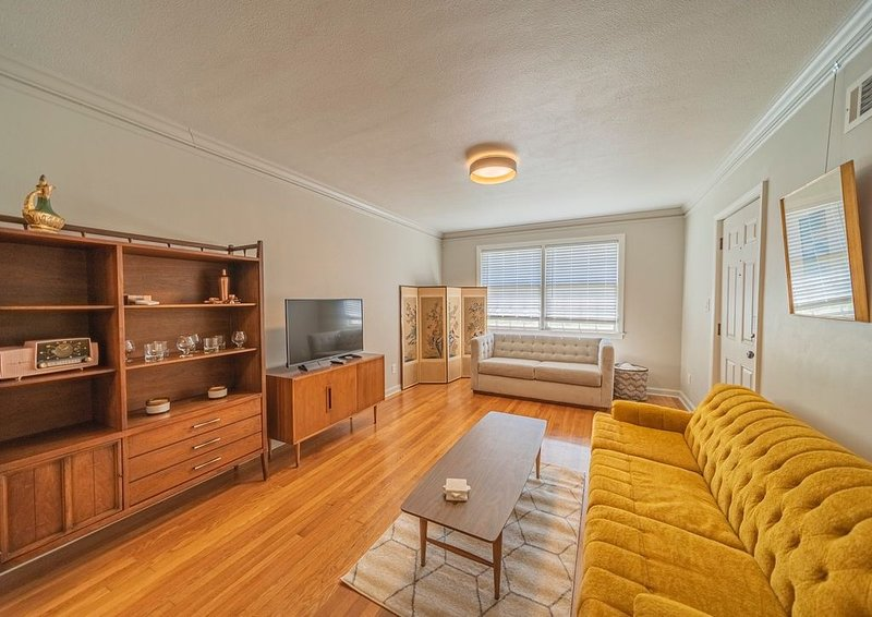 Luxury Townhome with Mid Century Modern Flare, holiday rental in Georgetown