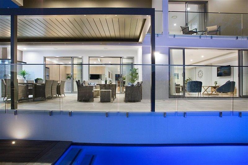 ELITE HOLIDAY HOMES LUXE ON LOTUS - Room for everyone!, alquiler de vacaciones en Broadbeach