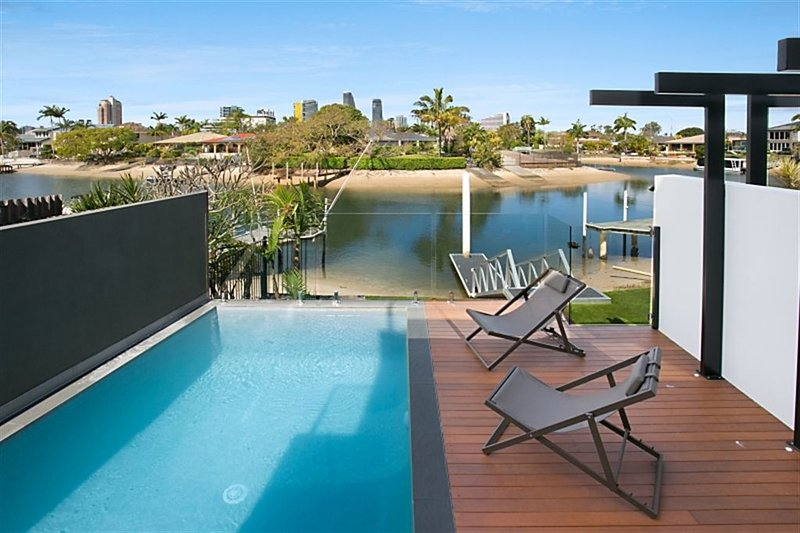 ELITE HOLIDAY HOMES URBAN OASIS -  ROOFTOP DECK & 360 DEGREE VIEWS!, holiday rental in Benowa