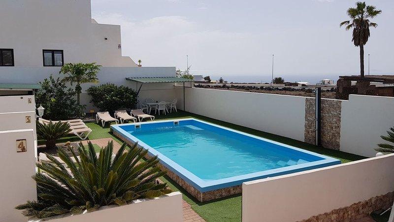 Villa Roja 2, Kleine Ferienanlage mit Pool, Spielplatz & Boule im Zentrum, vacation rental in Tias