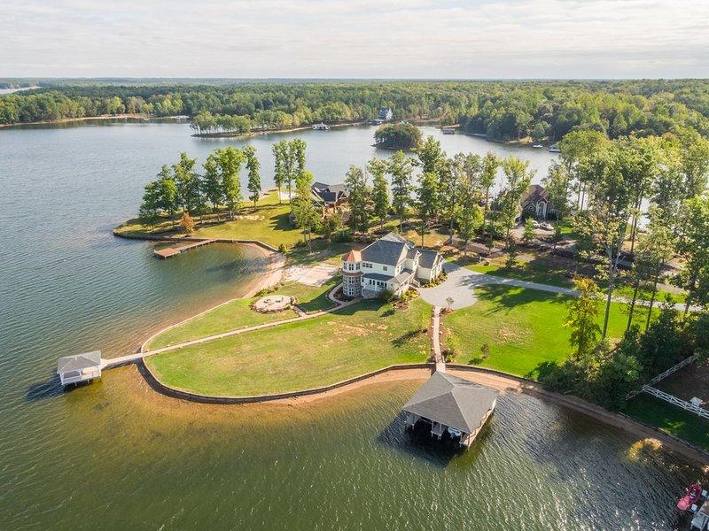 Luxurious Waterfront Rental - 5 Bdrm 7 Ba, Watch Sunset, Volleyball Court, Beach, casa vacanza a Bumpass