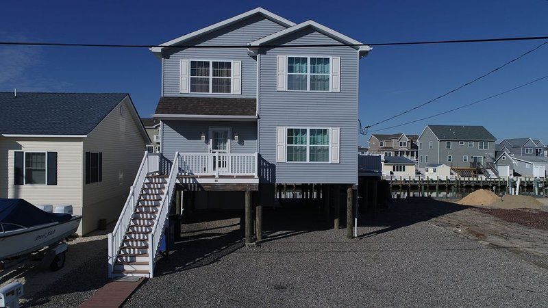 Waterfront 5 BR 2 1/2 Bath 2100 SF Home Near LBI Beaches-Floating Dock, vacation rental in Beach Haven West