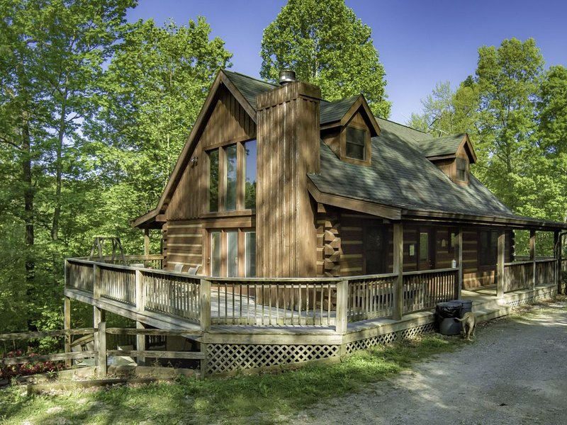 Sweet and Secluded Log Home with Outdoor Hot Tub!, location de vacances à Bloomington