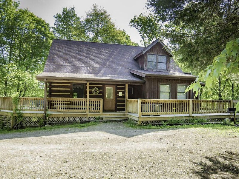 Spacious and Secluded Log Home with Outdoor Hot tub!, location de vacances à Bloomington