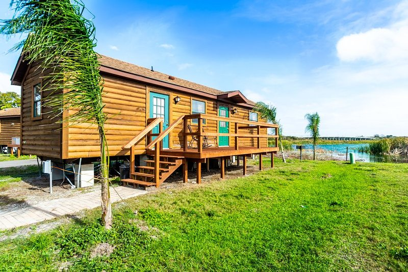 Waterfront Cabin 10min to Beach! Pets OK! Kayak for Rent #410. Sleeps up to 6, holiday rental in Seminole