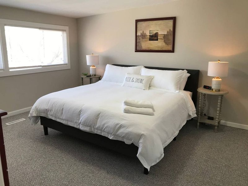 3 Bdr Apt ★ 2 King 1 Queen Bed ★ Newly Remodeled, Ferienwohnung in McHenry
