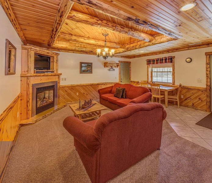 Deluxe Lodge Suite 102, holiday rental in Millersburg