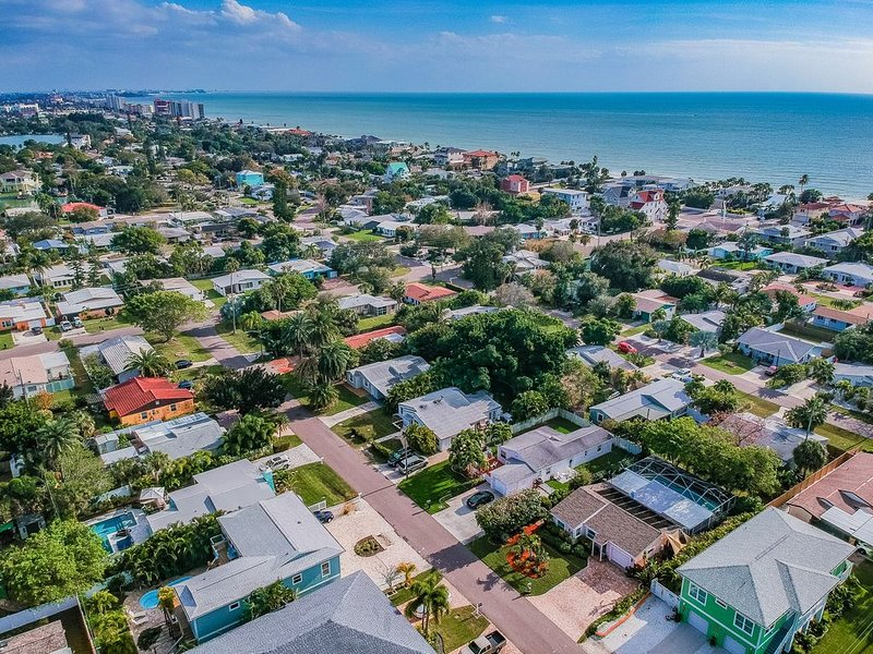 2 blocks from the beach, 2 bedroom 1 bath house, private pool & spa, holiday rental in Redington Beach