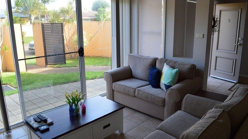 3 Bedroom 2 bathroom townhouse with a common area pool, located right near the b, holiday rental in Fingal Bay