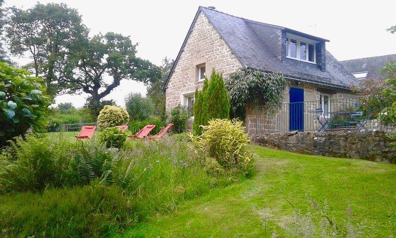 Dans un écrin de nature ' Le Pavot Bleu ', magnifique gîte de charme., holiday rental in Paule