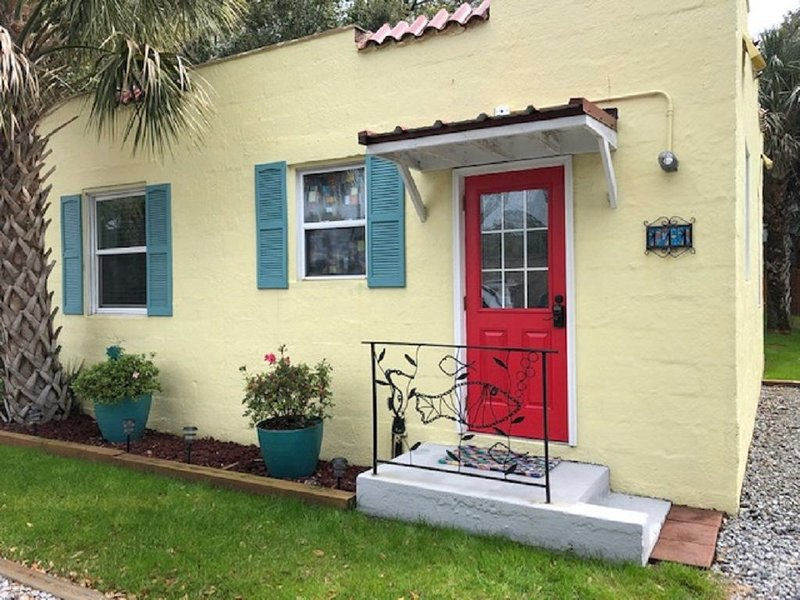 Vintage Cottage, 3 blocks to beach,1/2 block to shops/dining, offstreet parking, holiday rental in Folly Beach