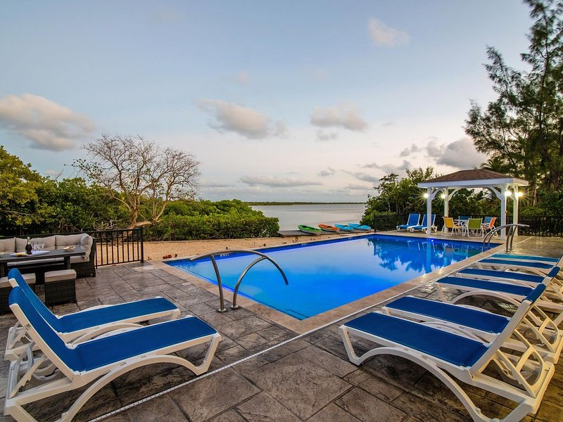 6BR/5BA Hidden Cove in Cayman Kai with Private Pool and Dock, holiday rental in North Side