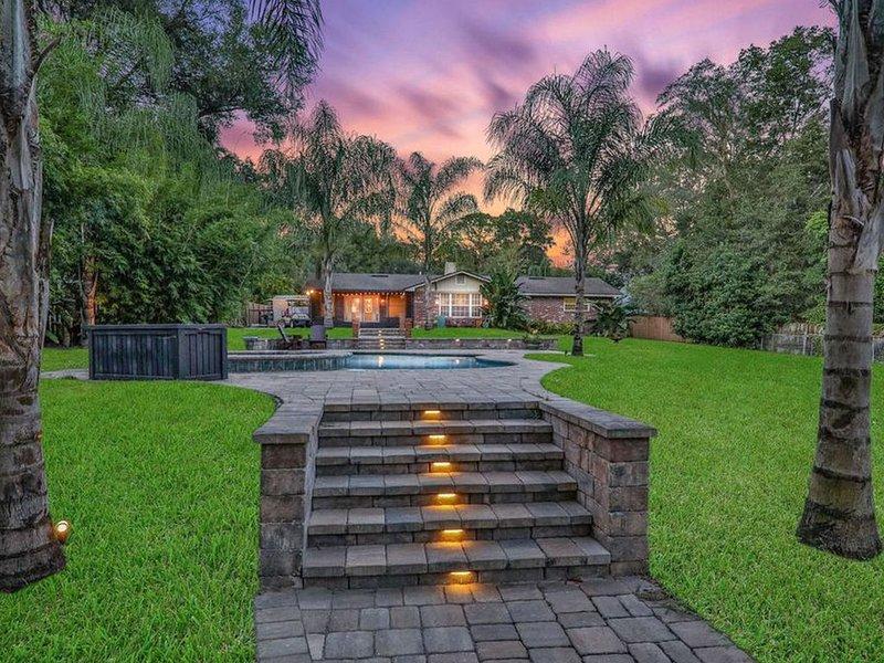Dog-friendly riverfront home w/ private pool, deck to river, & private gas grill, aluguéis de temporada em Orange Park