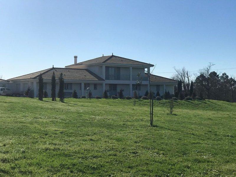 Villa de luxe moderne avec piscine,  dans une belle campagne calme., location de vacances à Les Eglisottes-et-Chalaurès