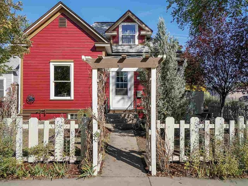 Best of the Best in Downtown GJ--Classic Home Near Everything! Gingerbread House, vacation rental in Fruitvale